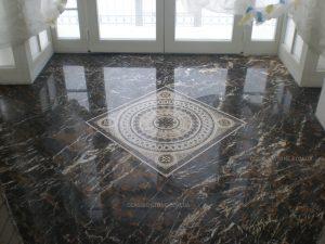 Мозаика из мрамора на полу