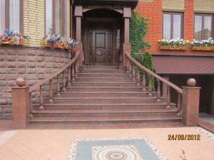 Гранитные ступени на улице