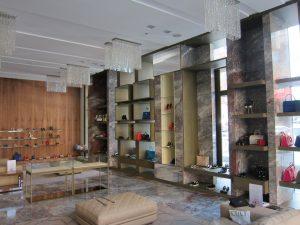 Изготовление и монтаж мрамора на пол в сочетании с латунью