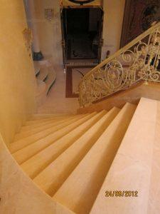 Мраморные ступени в частном доме