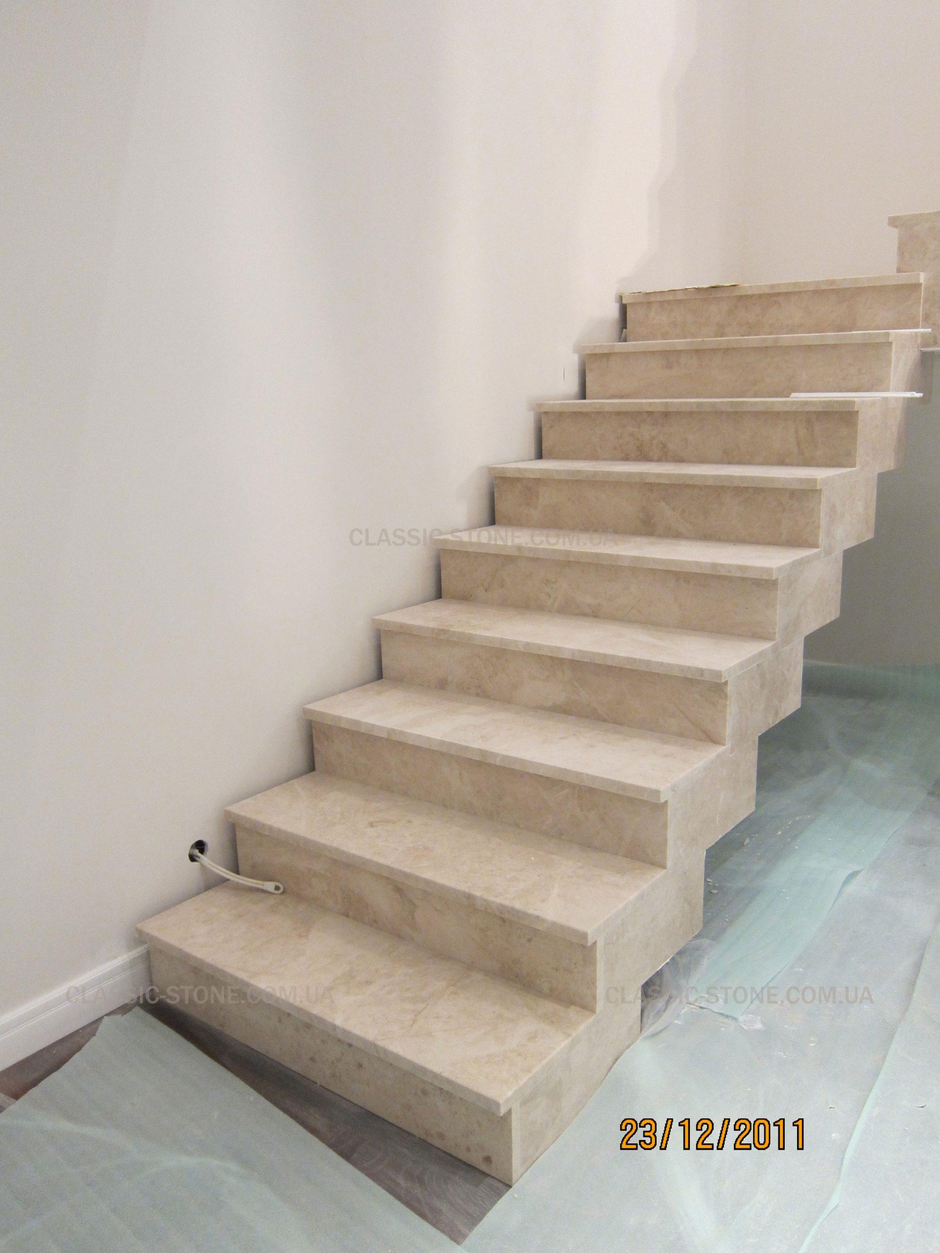 Работы по установке лестницы из мрамора