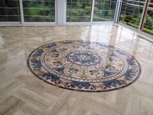 Мозайка из мрамора на полу