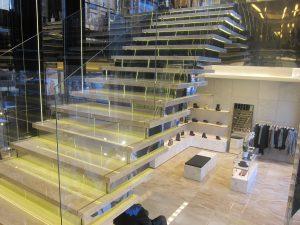 Мраморная лестница в магазине